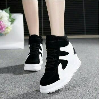 Sepatu Boot Gesper Sapi Hitam