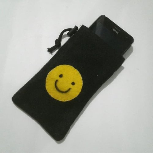 Sarung Kantong Tempat Casing HP Handphone 5 Inch Dompet Koin Kartu Nama Kacamata Smile Kain Flanel